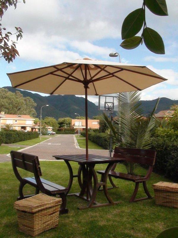 5830ac53 mesa con sillas en madera teca con parasol sombrilla toldo techo cobertizo  resguardo vela muebles de
